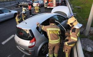 Ocho heridos y colas kilométricas tras un choque entre tres vehículos en el puente de Muskiz