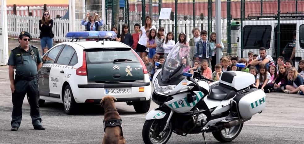 La Policía y la Guardia Civil se acercan a los niños en Suances