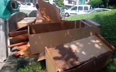 El Astillero pide a sus vecinos «incívicos» que no tiren los muebles junto a los contenedores
