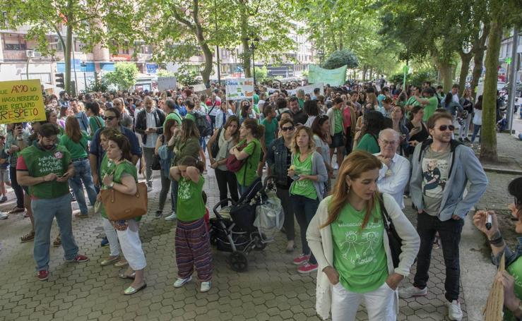 Los maestros de Cantabria protestan ante la Consejería de Educación