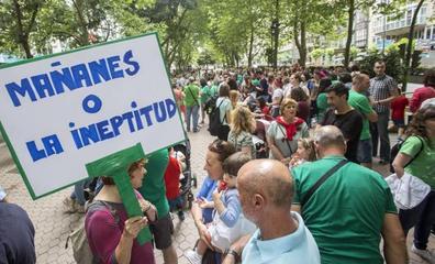 Más de un millar de docentes vuelve a echarse a la calle con la vista puesta en la reunión con Revilla