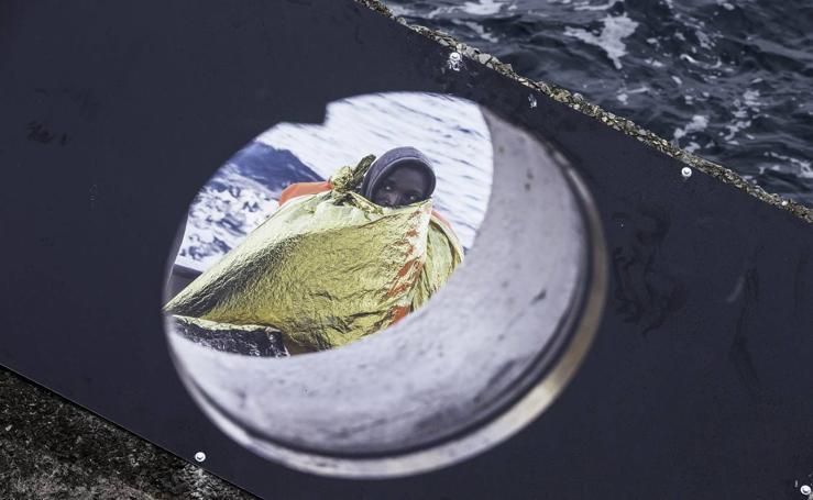 El rompeolas de Castro Urdiales muestra imágenes de migrantes rescatados en el Mediterráneo