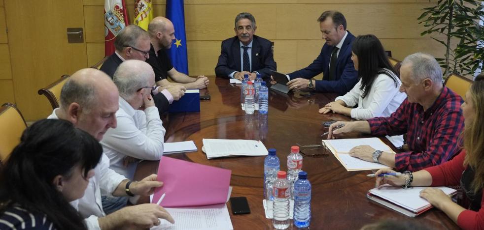 Revilla reabre la negociación de la jornada reducida en una reunión con los sindicatos y sin Mañanes