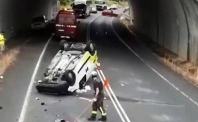 Un herido leve en un nuevo accidente en la carretera más peligrosa de Cantabria