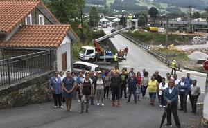 Un centenar de vecinos de Los Corrales, aislados por el corte del puente Renero