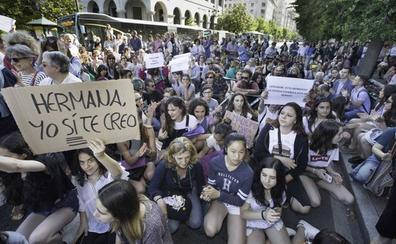 Más de un millar de cántabros cortan la calle y muestran su indignación ante la decisión judicial
