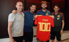 Homenaje y ovación a Piqué por sus 100 partidos