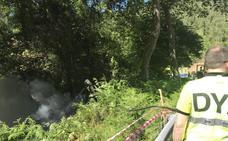 Dos heridos leves y un coche incendiado en un accidente Guriezo
