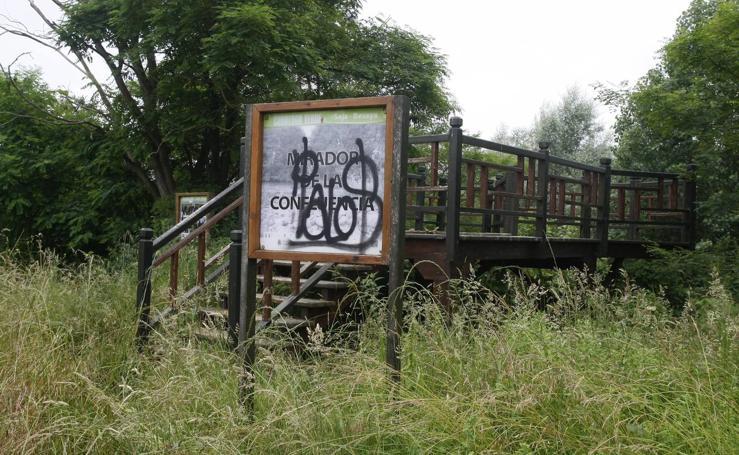 Los usuarios de la senda fluvial del Saja-Besaya denuncian su progresivo «abandono»