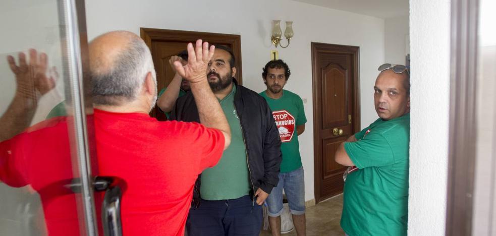 Stop-Desahucios paraliza el desalojo de una familia con una niña de 7 años en Solares