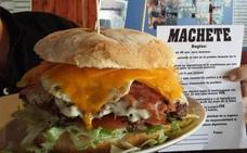 Una 'youtuber' americana devora una hamburguesa de dos kilos en Noja en menos de 9 minutos