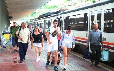 El primer tren playero procedente de Valladolid llega a Santander este domingo