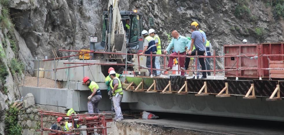 Colocado el último puente del Desfiladero de La Hermida, que permitirá abrir la carretera este viernes