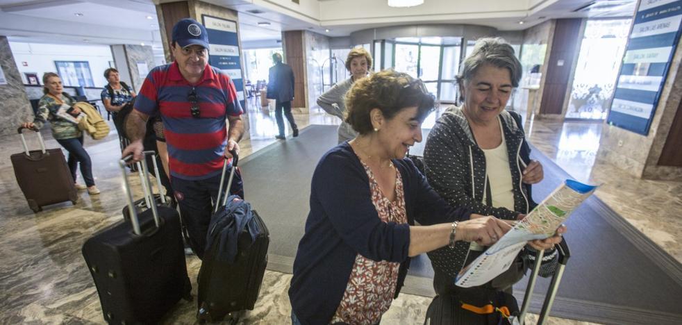 Las reservas hoteleras para julio descienden «cinco o seis puntos» en un verano «incierto»