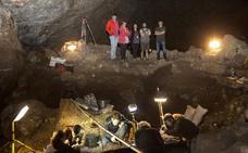 La campaña de excavación en la cueva de El Pendo llega a su fin