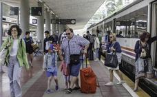 El 'tren playero' desde Valladolid estrena la nueva campaña con puntualidad y medio centenar de viajeros