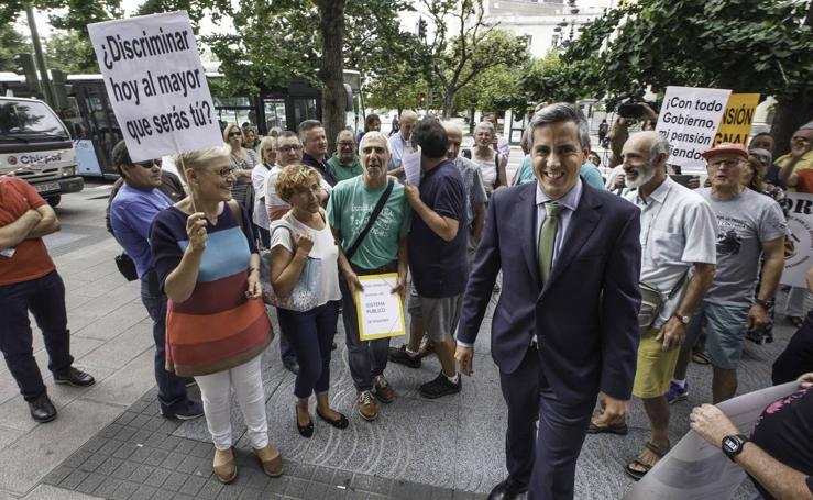 Entrega de firmas en defensa del sistema público de pensiones en la Delegación del Gobierno