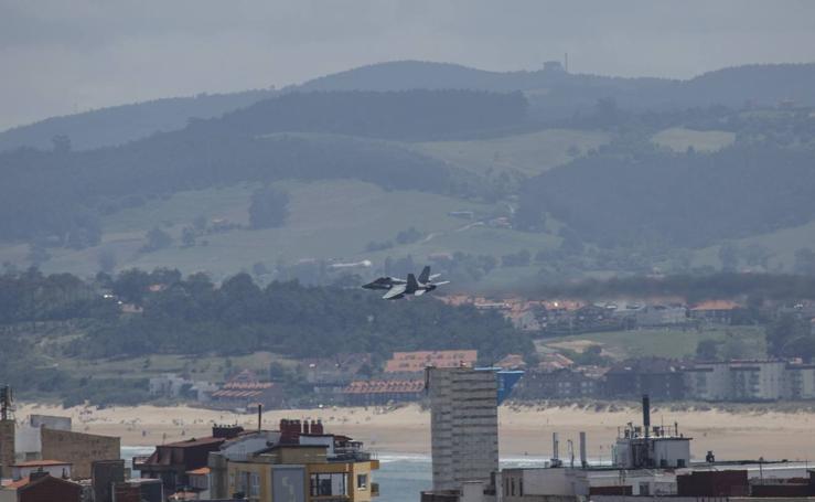 Los F18 surcan los cielos sobre la bahía de Santander