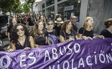 Mujeres de Santander se visten de negro para pedir seguridad frente a las agresiones sexistas en las fiestas