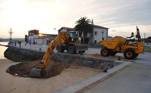 Santoña traslada arena de La Machina a las zona de 'las dos rampas'