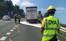 La A-8 recupera la normalidad tras tres horas de atascos por un camión incendiado en Saltacaballo