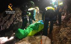 El Greim rescata a una montañera herida arrastrándola en una camilla-trineo durante toda la noche