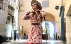 Listas para el verano con un vestido, un sombrero y unas sandalias
