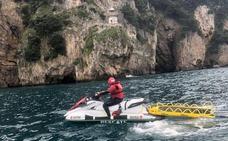 Lesionado en la espalda un joven belga que saltó al mar desde 12 metros en el Faro del Caballo