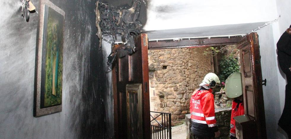 Un rayo provoca un incendio y causa dos heridos leves en una vivienda de Cambarco