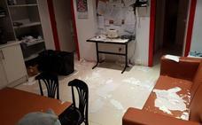 La escayola del techo de Urgencias de Santoña se cae por una fuga de agua