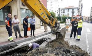 Un socavón en la calle Julián Ceballos de Torrelavega obliga a cortar el tráfico en un carril