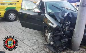Un coche casi parte en dos una farola en Santander