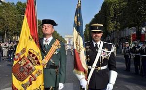 La Guardia Civil desfila por primera vez en Francia por su fiesta nacional