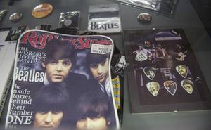 Discos, libros y objetos curiosos componen la exposición 'Beatlemanía' en el centro cultural Doctor Madrazo