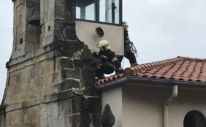 Se desprende un trozo de la fachada de la ermita de Revilla durante la misa del Carmen sin causar heridos