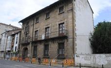 Un desprendimiento en la Casa de los Cossío de Reinosa obliga a acordonar el edificio