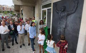 Nando Yosu ya preside la fachada de los Campos de Sport