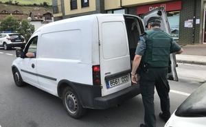 Los guardias registran los coches que circulan por Liébana en busca de Luciano Simón