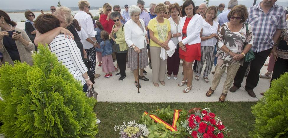 Una placa recuerda en Gamazo a las personas desaparecidas en el mar