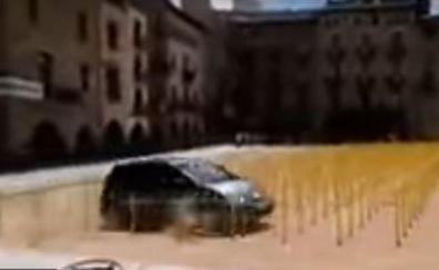 Un coche arrolla las cruces amarillas por los presos en la plaza de Vic