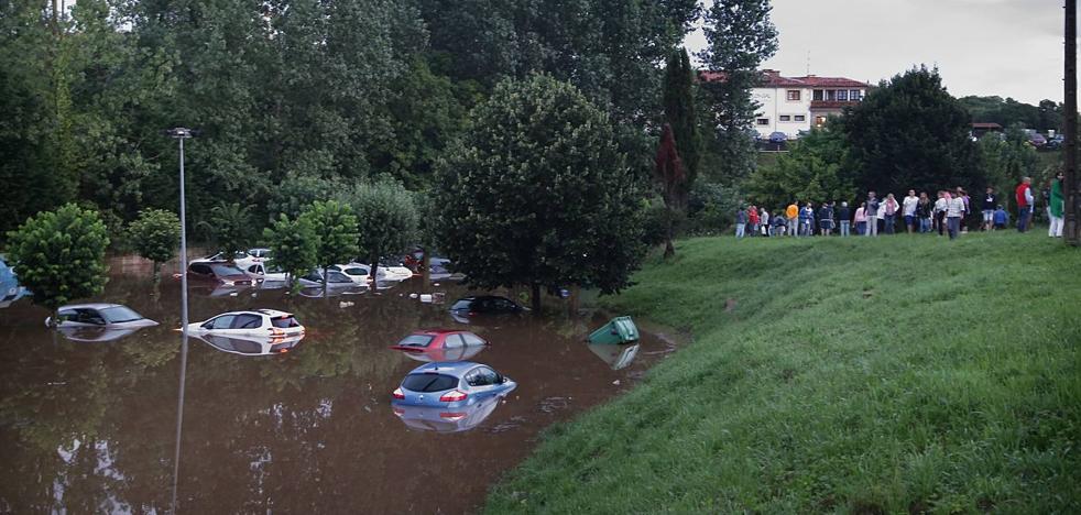 Una tromba de agua inunda un aparcamiento de Santillana del Mar y afecta a 60 vehículos