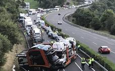 Un camión cruzado corta tres horas la A-8 en sentido Vizcaya