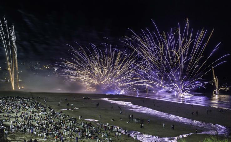 El Sardinero se ilumina con los fuegos artificiales
