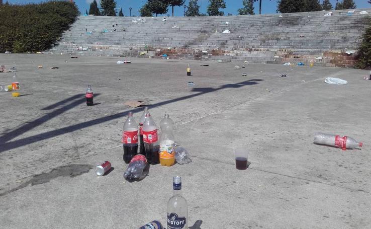 El botellón deja basura e importantes daños en la Plaza de la Universidad