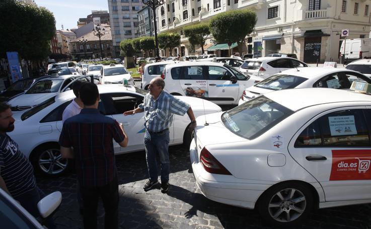Los taxistas también protestan en Torrelavega, con una marcha lenta por la ciudad