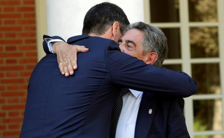 Recibimiento de Pedro Sánchez al presidente cántabro, Miguel Ángel Revilla