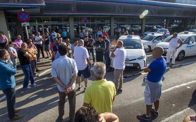 Los taxistas cántabros, «expectantes» con Fomento, no descartan una huelga indefinida