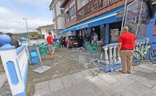 Un coche lanza a otro contra la terraza de un bar de Cabezón y una mujer resulta herida