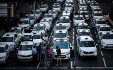 El taxi deja la huelga al aceptar Fomento ceder en septiembre la regulación de VTC