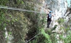 Un inglés es rescatado de la vía ferrata de La Hermida tras quedarse colgado sólo por el arnés